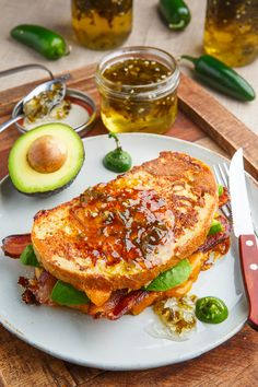 Bacon and Avocado Monte Cristo Sandwich with Jalapeno Jelly Recipe : A crispy golden brown french toast style sandwich filled with crispy bacon, cool and creamy avocado, sweet and spicy jalapeno jelly and plenty of oozy gooey melted cheese! Toast Sandwich, Sandwich Shops, Sandwich Recipes, Sandwich Ideas, Lunch Recipes, Jalapeno Jelly Recipes, Fried Ham, Ideas Sándwich, Monte Cristo Sandwich