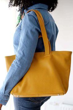 sac-cabas-cuir-jaune (8) Tote Bag, Madewell, Bags, Fashion, Nice Purses, Yellow Leather, Italian Leather, Leather Working, Handbags