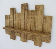 Rustikales Wandregal hängend / floating. Hergestellt aus wiedergewonnenen Paletten Holz. Fertig in antik braun Bienenwachs. Geeignet für jeden Raum und fast jede Nutzung!!! Jedes Regal misst ca. 64cm Breite X 45 cm hoch X 12 cm tief, das eigentliche Regal ist 9,5 cm tief. Diese sind handgefertigt, so bestellen Sie bitte erlauben Sie ca. 5-10 Arbeitstage für UK Lieferung.