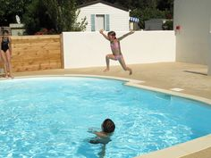 Les enfants de la piscine.... www.camping-le-sabia.com