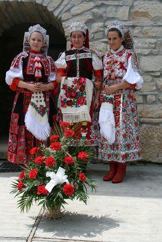 Hungarian folk costum of Kalotaszeg, bank of river Kalota, Transsylvania, today Romania --Kalotaszeg, magyar népviselet Traditional Fashion, Traditional Dresses, Traditional Art, Folklore, Ukraine, Costumes Around The World, Hungarian Embroidery, Fair Isle Pattern, Folk Dance