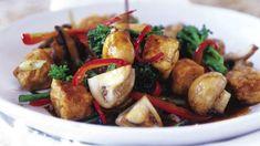 Čerstvě připravené houby jsou zdravé a chutné. Vyzkoušejte neobvyklý recept, který potěší i vegany. Tofu, Kung Pao Chicken, Potato Salad, Ale, Potatoes, Fresh, Meat, Ethnic Recipes, Red Peppers