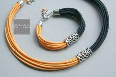 Collar de tela elegante con filigrana de metal y perlas de color plata colores: negro, amarillo, plata Jewelry Ads, Jewelry Crafts, Beaded Jewelry, Jewelry Design, Beaded Bracelets, Diy Leather Earrings, Diy Earrings, Leather Jewelry, Handmade Bracelets