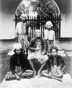 COLLECTIE TROPENMUSEUM Portret van de vorst van Lombok met zijn zonen en kleinzonen vermoedelijk in gevangenschap te Batavia TMnr 10018779 - Lombok-oorlog 1894 - Wikipedia