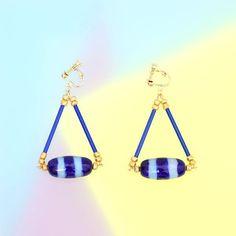 シマシマのでかいガラスビーズをアクセントにした青いイヤリングです。 * * * * #しましま #イヤリング #ハンドメイド #手作り #handmade #earing #border #blue #jewelry #ピアス #青 #さんかく #三角形 #triangle #ボーダー #ファッション #fashion #fancy #レトロ #ファンシー