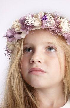 Corona de flores secas en tonos marfil y lavanda. Regulable a cualquier medida de cabeza.