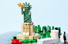 A super mega hiper legal loja da LEGO inaugurada em 2014 junto ao Eataly, próxima ao Flatiron, é o máximo! Com estações de blocos de LEGO, estruturas enormes como a Estátua da Liberdade, e marcos de arquitetura, como o relógio da Grand Central, e uma mini réplica de NYC…. Novidades como Ghostbusters, The Simpsons, LEGO …