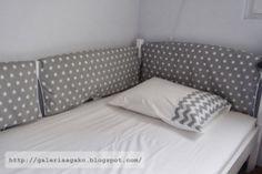 osłonki na łóżko w odcieniach szarości