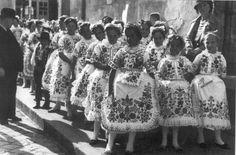Eski zamanlardan Folk Costume, Costumes, Big Skirts, Traditional Outfits, Hungary, The Past, Times, Clothing, Painting