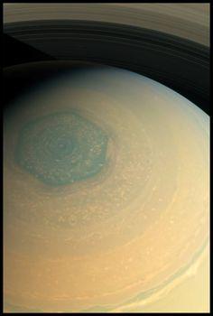 Un hexagone de couleur sur Saturne.