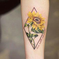 Feiern Sie die Schönheit der Natur mit diesen inspirierenden Sonnenblumen-Tattoos – KickAss Things Celebrate the Beauty of Nature with these Inspirational Sunflower Tattoos Sunflower Tattoo Shoulder, Sunflower Tattoo Small, Sunflower Tattoos, Sunflower Tattoo Design, Watercolor Sunflower Tattoo, Sunflower Tattoo Meaning, Unique Tattoos, Beautiful Tattoos, Small Tattoos