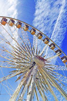 It wouldn't be Coachella without everyone's favorite ferris wheel. | H&M Loves Coachella
