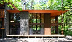 精進場川の家: 鎌田建築設計室が手掛けた家です。 Japanese Modern House, Modern Japanese Architecture, Organic Architecture, Architecture Design, Bedford House, Showroom Interior Design, House Elevation, Beautiful Buildings, House Design