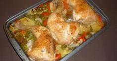 Muslos de pollo asado con patatas y verduras variadas