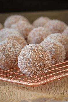 These super easy Milo Balls are sure to be a hit with the littlest people in your home! Just 4 ingredients and 10 minutes prep time. they're so simple! Delicious Desserts, Dessert Recipes, Yummy Food, Lunch Box Recipes, Snacks Recipes, Lunch Snacks, Easy Recipes, Cooking Recipes, Healthy Recipes