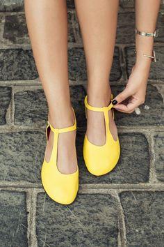 Amélie - Numeração 33 ao 40 Cor: Amarelo Material sintético ecológico. Sapatilha artesanal exclusiva e muito confortável. Além de confortável, é muito resistente, original, seu solado tem antiderrapante e é muito flexível. Da RIVA SANDÁLIAS ARTESANAIS