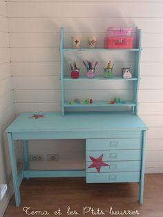 bureau et étagère réunis par la patine turquoise