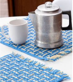 Mosaic Basketweave Placemat Crochet Pattern (I would skip the fringe but you could really have fun with the color combos) Crochet Placemats, Crochet Table Runner, Crochet Dishcloths, Crochet Doilies, Bag Crochet, Crochet Gratis, Free Crochet, Crochet Stitch, Crochet Crowd