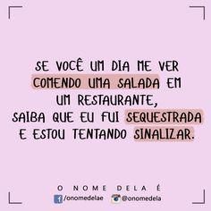 Comendo salada em um restaurante