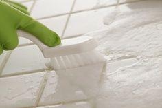 NETTOYER LES JOINTS DE SALLE DE BAINS Produits et matériel - vinaigre blanc - liquide vaisselle - brosse à dents - coton - eau oxygénée Etapes - Mélanger 1/2 bol de vinaigre blanc et 1 cuillère à soupe de liquide vaisselle. - Puis frotter avec une brosse à dents. - Enfin, pour parfaire le travail, un coton imbibé d'eau oxygénée pour les blanchir.