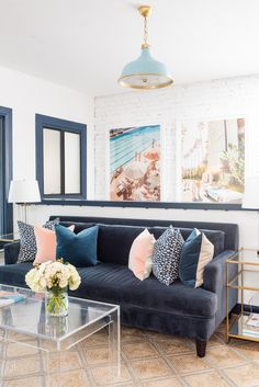 coastal living rooms Join Gray for a tour of the brand new Gray Malin Studios. Blush Living Room, Blue Couch Living Room, Navy Living Rooms, Coastal Living Rooms, Living Room Modern, Living Room Designs, Living Room Decor, Blue And Pink Living Room, Navy Blue Couches