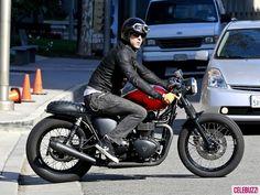 Ryan Reynolds Films 'Safe House' in LA Celebuzz! Triumph Scrambler Custom, Triumph Motorcycles, Ducati Scrambler, Street Tracker, Vespa, Harley Dyna Super Glide, Triumph Tiger 800 Xc, Motorcycle Style, Biker Style