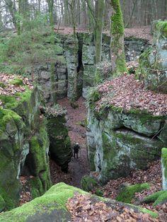 De prachtige rotsformaties bij Irrel, je kunt er mooi wandelen.