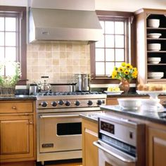 Nice backsplash colours for oak colour cabinets  Pnned from:  http://www.bhg.com/kitchen/remodeling/planning/must-have-kitchen-features/#page=4