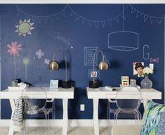 Decoração de quarto infantil. Destaque para a parede com tinta lousa. Cadeiras de acrílico transparente dão leveza. Decoração contemporânea e moderna. 🌿🏠 #lilianazenaro #decoracao #quartoinfantil  #reformacasa #reformaquarto