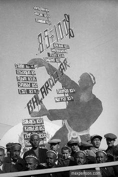 Max Penson - maxpenson.com Название: На демонстрации. Описание: Пропагандистский плакат, установленный над трибуной перед зданием правительства на красной площади в Ташкенте. 30-е гг. Имя файла: 01_000208_3(1).jpg Тип: Пленка