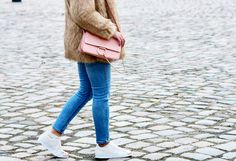 Fashionzauber.com, Streetlook, Streetstyle: Braune Felljacke (Fake Fur Faux Fur Jacket Coat) Skinny Jeans und Chloé Faye Lookalike Bag, Adidas metal cap toe sneaker roségold // Fashionzauber Modeblog, Fashionblog, Influencer, Social Media Influencer, Aline Kaplan, Outfit, Winteroutfit, Streestyle, Zara Mantel, Coat, Bag, Turtleneck, Rollkragenpullover, COS, Mango Jeans, Skinny Jeans, ripped Jeans, earrings, Ohrringe, Adidas Superstar roségold Sneaker
