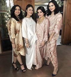 Batik Fashion, Hijab Fashion, Women's Fashion, Batik Dress, Lace Dress, Batik Mode, Kaftan Pattern, Kebaya Lace, Indonesian Wedding