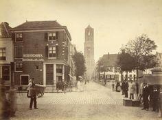 Gezicht op de Mariaplaats te Utrecht met links het koffiehuis van J.G. Jerschavik (Mariaplaats E 435) en in het midden de Zadelstraat met de Domtoren. Het adres Mariaplaats E 435 is in 1890 gewijzigd in Mariaplaats 6. - Ca. 1876-1878 - Foto: G.L. Mulder - Coll. HUA