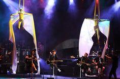 Netinho em 2009 no palco com seu convidado o cantor Saulo Fernandes na segunda noite de gravação do seu DVD Netinho e a Caixa Mágica em Aracaju/SE. Música Paixão não tem Cura. DVD lançado em 2010. Duas bailarinas do seu cast em performance com os lençóis. Criação e Direção Netinho.