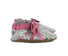 Une explosion de fleurs avec les chaussons Averie blanc (17-31) Robeez, pour habiller les petits pieds nus de votre enfant. Le nœud papillon rose apporte la touche girly et le col élastiqué assure le maintien de la cheville.