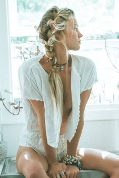 RL boho style hippie chic nothing in the world more beautiful than a pretty girl Look Boho Chic, Bohemian Style, Hippie Style Hair, Bohemian Hair, Bohemian Summer, Sexy Bluse, Estilo Hippie Chic, Mode Boho, Boho Hairstyles