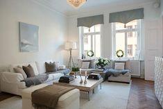Una casa con toques nórdicos pero un estilo mucho más clásico... Nos encanta el papel pintado del recibidor.