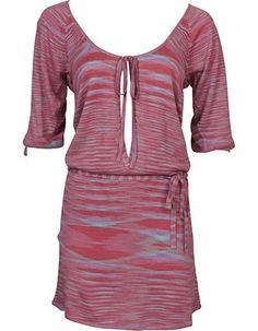 Dezebijzondere jurk vol schitterden details is ontworpen door het Nederlandse label Studio JUX. De jurk heeft een ronde wijdehals die je dichtknoopt met een strikje. Aan de voorkant is de jurk opengewerkt. De jurk isgemaakt van 100% soja en voelt heelijk zacht en comfortabel aan. De mouwen zijn afgewerkt met een koordje.Op de heupen ziteen klein ceintuur in dezelfde stofvan roze met paars, lichtblauw en turquoise strepen.