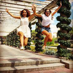 Ines y Agustina sobrevolando los jardines de Cecilio Rodríguez - #parquedelretiro #elretiro #madrid #verano #salto