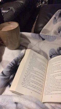 Piaceri della vita che vanno di pari passo 😁 #mugs & #books #tazze e #libri #reading #cups #tazze da #lettura ☕️📚 😀->