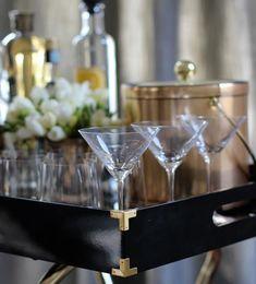 NUNCA FALLA El oro es uno de los colores que no falla para las fiestas, pero siempre es bien recibido para animar todo tipo de interiores. Y es que, aplicado en pequeñas dosis, le sienta muy bien a cualquier estilo decorativo. Martini, Cheers, Champagne, Instagram, Tableware, Summer, Cheer, Interiors, Fails