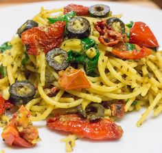 Garlic sundry tomato olive basil spaghetti.... Something casual for lunch no biggie #Mekmuv #mekmuv_chefmuv #vegan #veganfoodshare #yogi #kingston #jamaica #africa #miami #newyork #foodporn #privatechef #cheflife #nyc #newyorkcity #california #whatveganseat #italisvital #veganchef #healthy #fitness #theartofplating #foodblog #chef #instagood #vegansofig by mekmuv_chefmuv