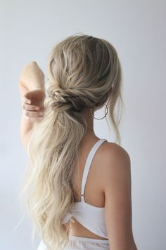 I am so excited to share today's hair tutorial, its 3 easy ponytails. You guys left such incredible feedback on my last ponytail tutorial that I just knew I had to share another one. I wanted these ponytails to be effortless and voluminous, so I used Ponytail Hairstyles Tutorial, Ponytail Tutorial, Quick Hairstyles, Braided Hairstyles, Hairstyle Ideas, Ponytail Wedding Hair, Low Pony Hairstyles, Bridesmaid Hair Ponytail, Wedding Ponytail Hairstyles