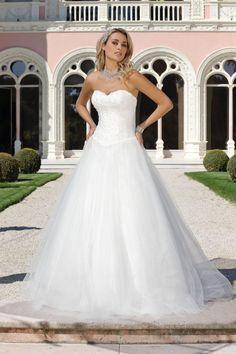 LADYBIRD PRINZESSIN PrinzessinnenBrautkleider by Ladybird Sie suchen das besondere Prinzessinnen Hochzeitskleid? Sehen Sie sich online die wunderbare Kollektion von Ladybird Princess an und versetzen Sie sich in eine romantische Atmosphäre. Die Ladybird Princess Kollektion ist speziell für Bräute konzipiert, die sich an ihrem Hochzeitstag wie