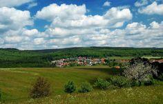 """Auf 398m Höhe, ...  an der Südseite der Ausläufer des Schwarzwälder Hochwaldes, liegt der Losheimer Ortsteil Bergen. Eingefasst von Nadel- und Mischwäldern ist er einer der vielen wunderbaren """"Wanderorten"""" des Saarlandes. Schuhe schon geschnürt, der Sommer kommt. :-)"""