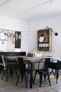 Affordable modern rustic dining room tips to decor Café Retro, Retro Cafe, Bistro Chairs, Cafe Chairs, Dining Chairs, Wayfair Living Room Chairs, Dining Room Inspiration, Metal Chairs, Dining Room Design