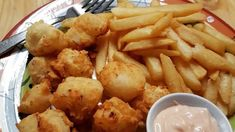 Easy Fried Scallops Recipe - Scallops dipped in buttermilk and tossed in seasoned flour are deep-fried until golden and crispy i - Deep Fried Scallops Recipe, Garlic Scallops Recipe, Easy Scallop Recipes, Deep Fryer Recipes, Wassail Recipe, Fresh Scallops, Fries In The Oven, Shrimp Recipes, Shrimp Dishes
