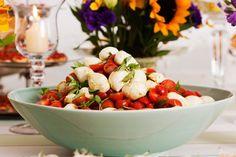 Dicas para Ceia de Ano Novo _salada-de-tomatinhos-com-mussarelinha-ao-pesto Pesto, Serving Bowls, Watermelon, Buffet, Strawberry, Menu, Fruit, Cooking, Tableware