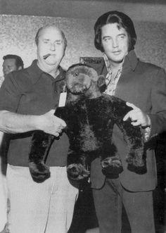 Elvis and the Colonel Las Vegas 1974, wat was die man die zichzelf ''kononel'' noemde voor iemand, hoe kwam Elvis toch aan die man, had toch niet de beste reputatie, wist Elvis dat dan niet?....lbxxx.