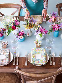 お花をテーマにしたテーブル。色とりどりのお花、花柄のナプキン、そして準備をしている人の服も花柄です。 スタイリングしたの ...